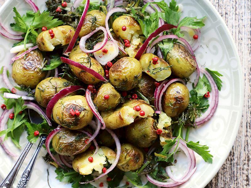 Arapsaçı & kırmızı soğanlı patates salatası