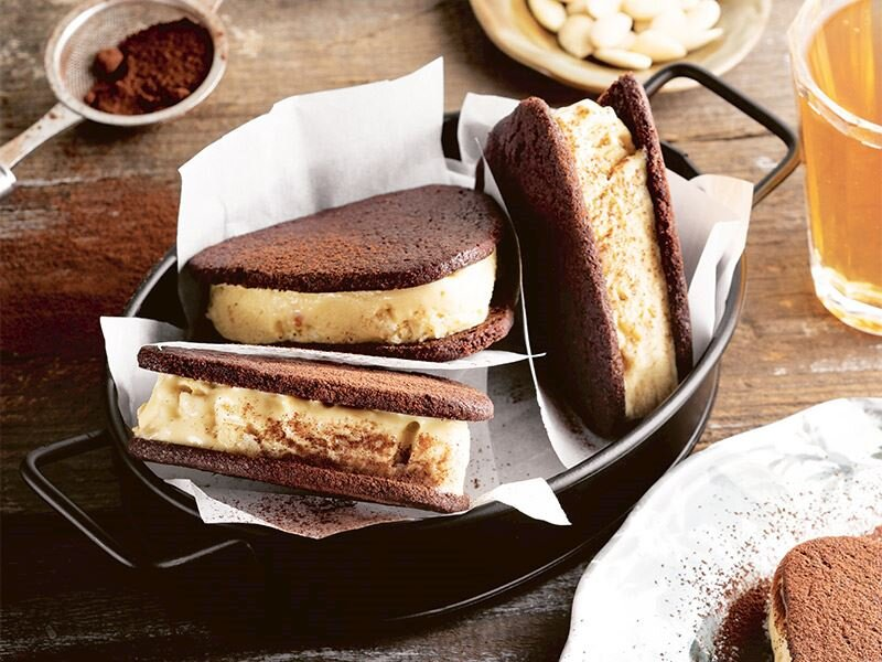 Bademli dondurma dolgulu çikolatalı sandviçler