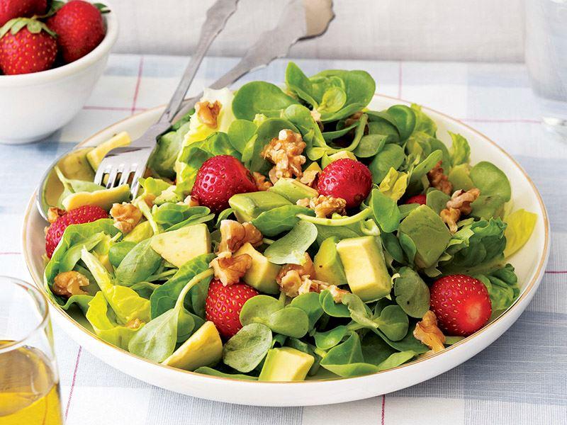 Cevizli ve çilekli semizotu salatası