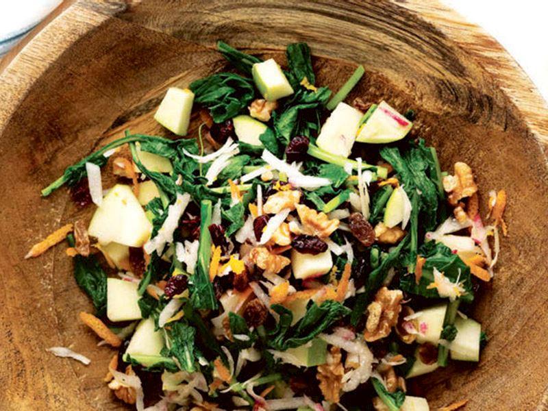 Cevizli ve elmalı turp otu salatası
