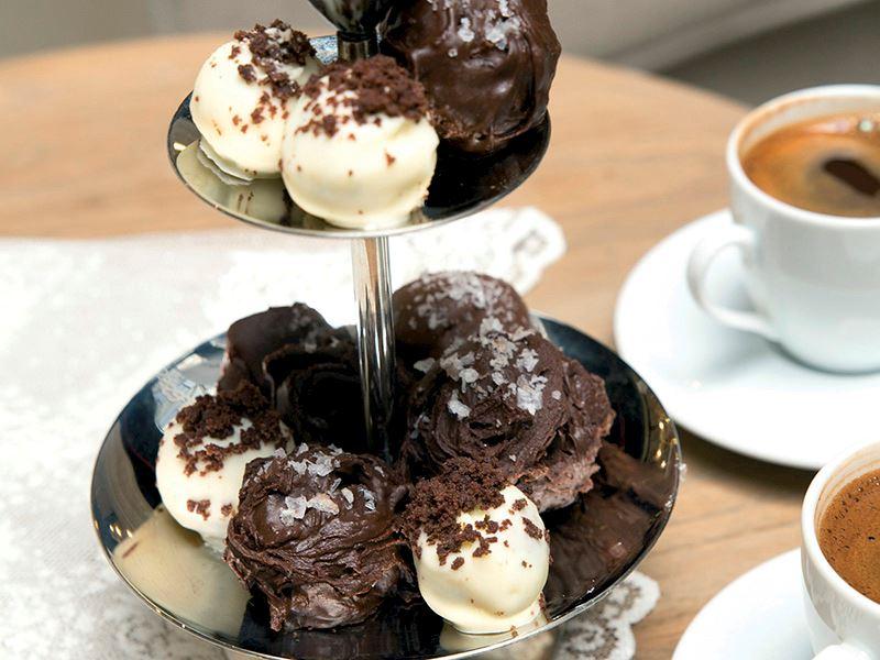Çikolatalı crumble ile beyaz çikolatalı trüf