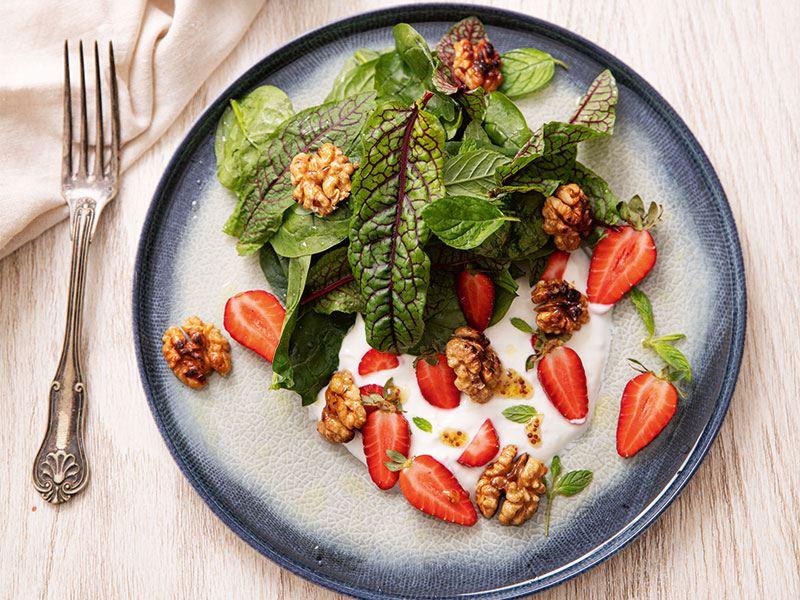 Çilekli bahar salatası