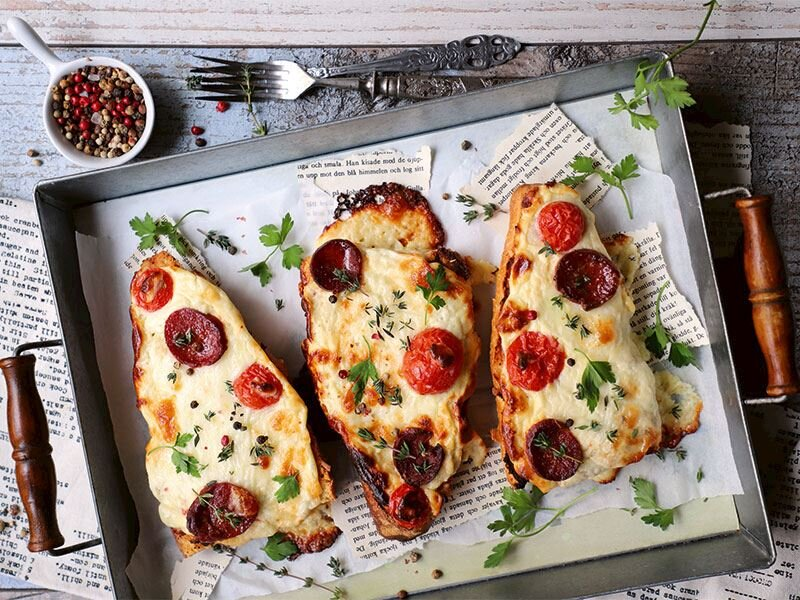 Ekmek üstü kahvaltı pizzası