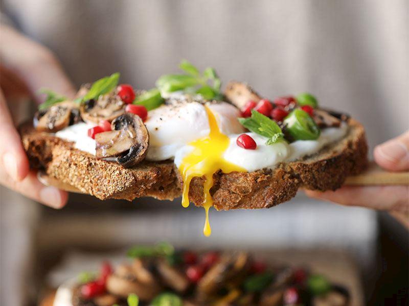 Ekmek üstü sote mantarlı poşe yumurta