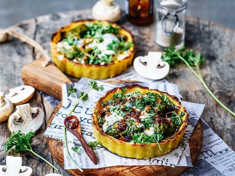 Gnocchi hamuru tabanlı, ıspanak kremalı ve mantarlı tart