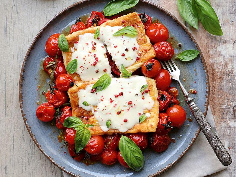 Hellim ve beyaz peynirli fırın domates