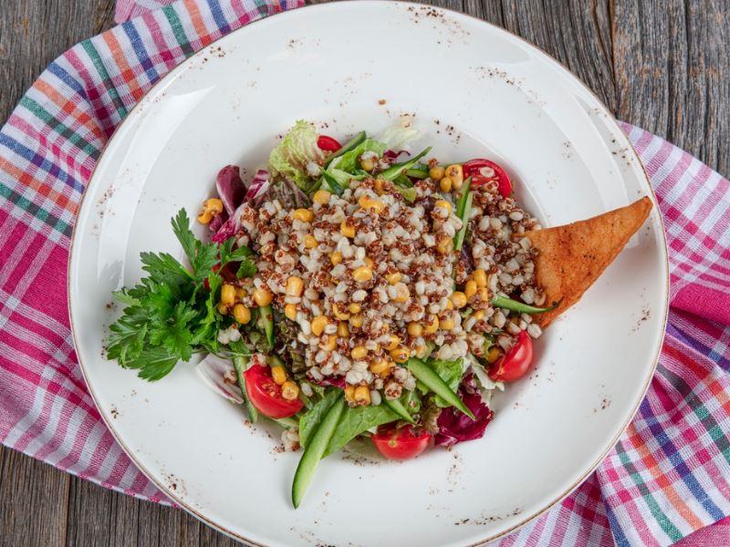 Hellimli kinoa salatası