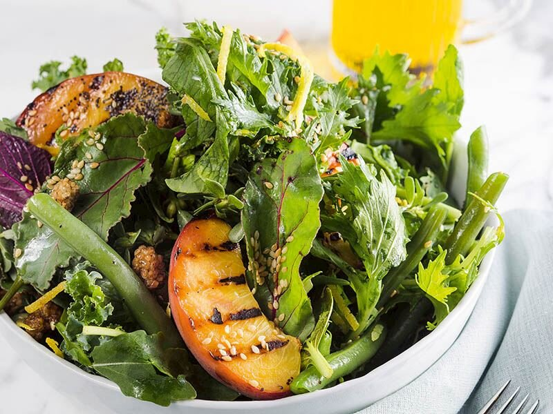 Izgara şeftalili bahçe salatası
