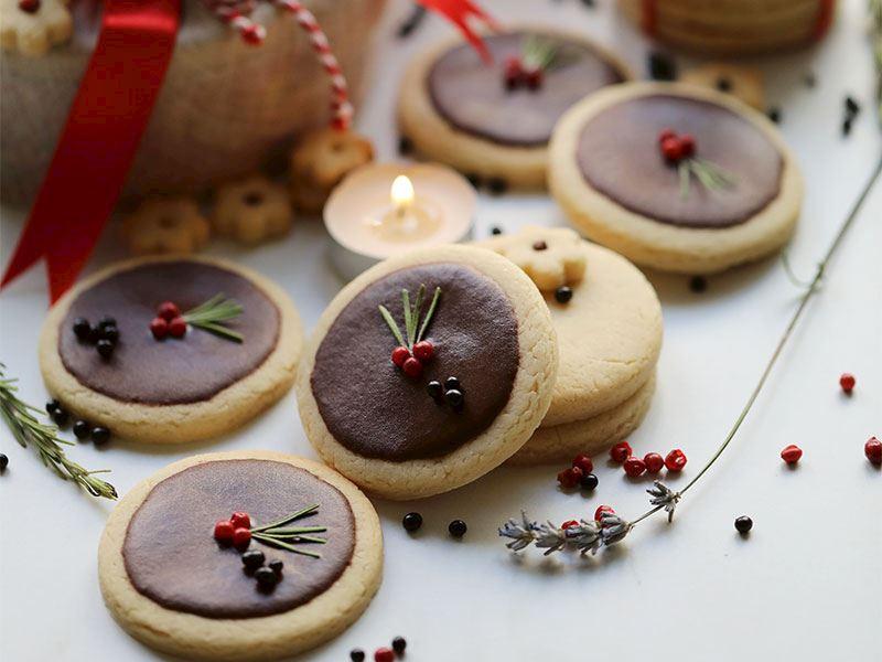 Kakao kaplamalı şeker kurabiyeler