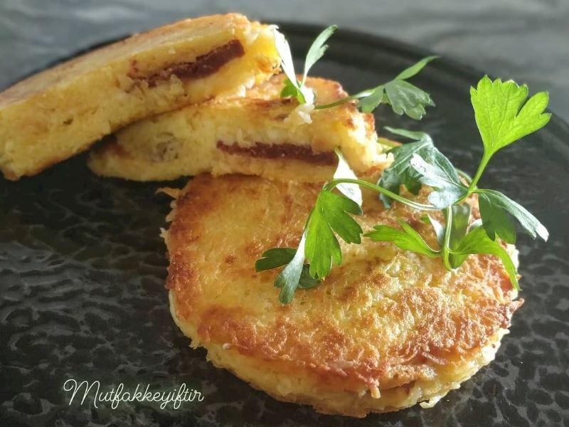 Kaşar peyniri ve sucuklu patates tostu (tavada)