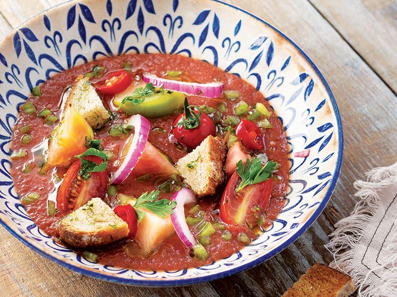 Kırmızı domatesli panzanella salatası