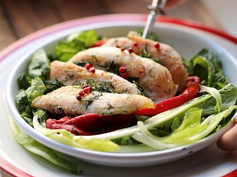 Köz biberli tavuk salatası