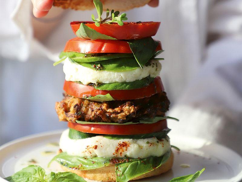 Kuru domatesli mücver ile Akdeniz burger
