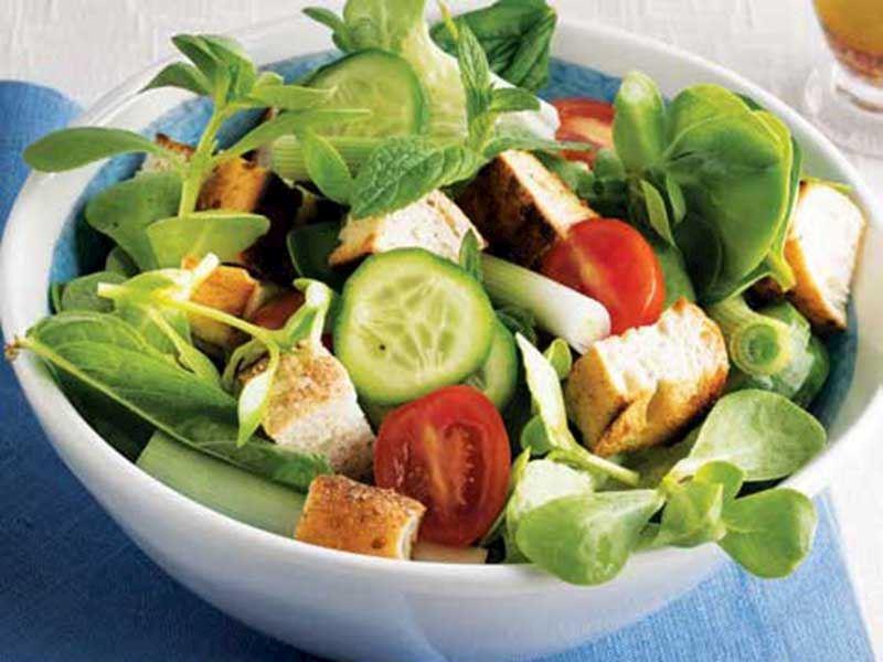 Pideli sumak soslu yeşil salata