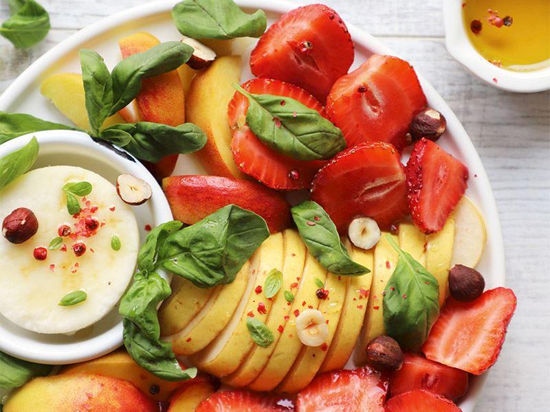 Şeftali, armut & çilek salatası