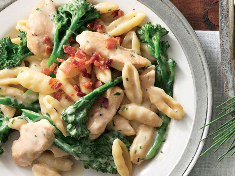 Tavuk eti ve brokolili makarna