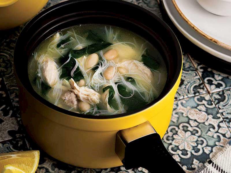 Tavuklu ve pazılı noodle çorbası