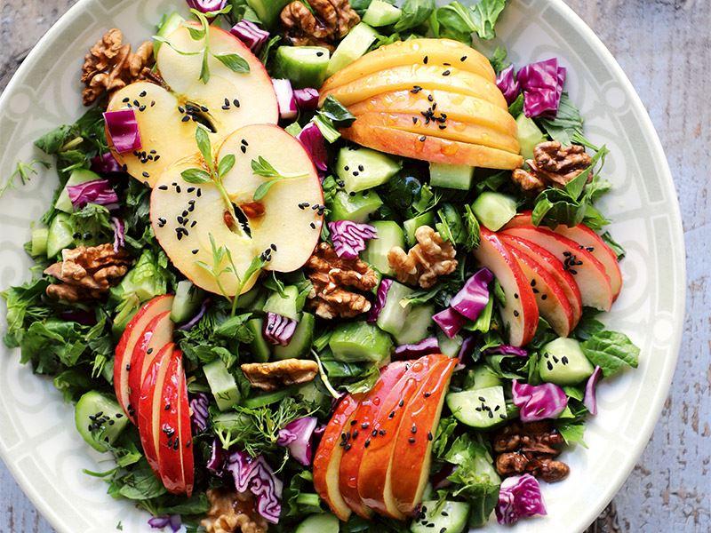 Yaz elmalı bol yeşilli salata
