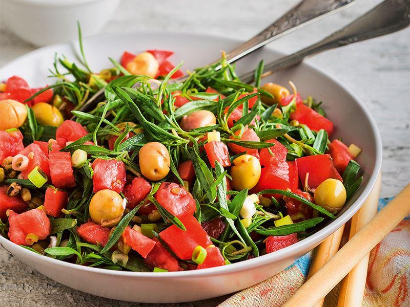 Yeşil zeytinli zahter salatası