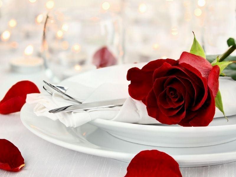 Sevgililer Günü İçin Romantik Yemek Masası Nasıl Hazırlanır?
